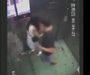 【動画】エレベーター内で男が女性に襲いかかる衝撃映像