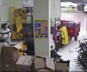 【動画】三輪バイクが突然動き出し作業員に突っ込んで来る衝撃映像