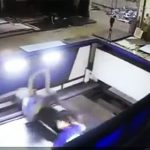 【動画】鉄板を加工するレーザー切断機に作業員が巻き込まれてしまう衝撃映像