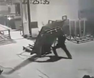 【動画】ハンドリフトで重い荷物を運ぶが、荷物が倒れそうになり作業員が必死に押さえるが…