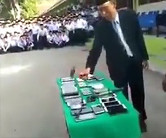 【動画】学校で生徒達から取り上げたスマートフォンを先生がハンマーで叩き割る衝撃映像