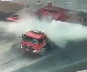 【動画】ダンプカーが荷台から砂を降ろすが油圧シリンダーが大爆発してしまう衝撃映像