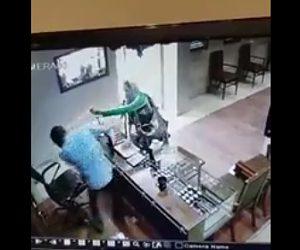 【動画】宝石店で女が店員に催涙スプレーをかける宝石を盗もうとするが