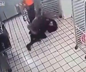 【動画】覆面を被った強盗が店に現れレジの金を盗もうとするが店員が殴りかかり…
