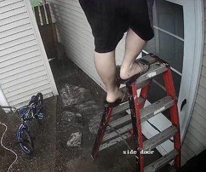 【動画】脚立に乗って雨どいを掃除する男性が脚立から降りようとするが…