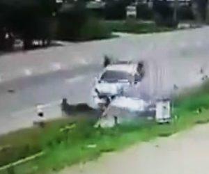【動画】道路脇に駐車している車に猛スピードのピックアップトラックが突っ込んで来る衝撃事故