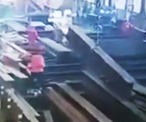 【動画】工場で鉄骨が落下し作業員に直撃してしまう衝撃事故映像