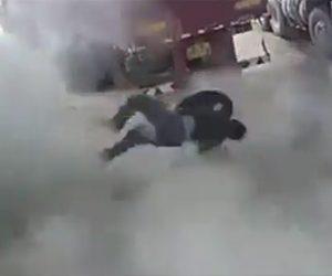 【動画】作業員がトラックタイヤを動かした瞬間大爆発してしまう衝撃映像