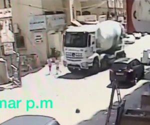 【動画】右折するミキサー車が死角を歩く子供2人を轢いてしまう衝撃映像