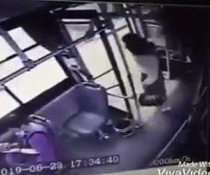【動画】バスのドアを閉め忘れ、走行中のバスから女性が降りてしまう衝撃映像