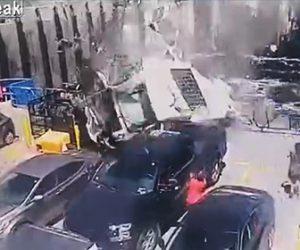【動画】港から出港したフェリーに猛スピードの車が大ジャンプして飛び乗ってくる衝撃映像