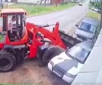 【動画】作業員が車の下に入り修理している所にトラクターが突っ込んで来る衝撃事故映像