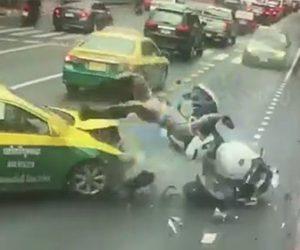 【動画】護衛する警察バイクが右折するタクシーに突っ込み警察官が宙を舞う衝撃映像