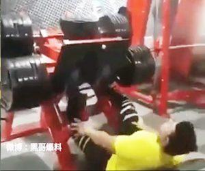 【閲覧注意動画】スポーツジムでレッグプレスで足を鍛えるが重過ぎて膝が逆に曲がってしまう