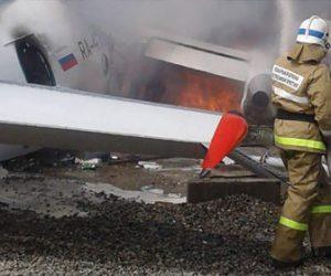 【動画】旅客機緊急着陸。滑走路の外へ飛び出し建物に衝突炎上。乗客が撮影した緊迫の映像公開