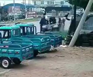 【閲覧注意動画】道を歩く歩行者に正面から猛スピードの車が突っ込んで来る衝撃事故映像