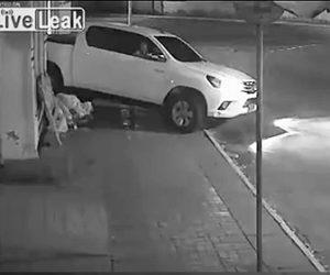 【動画】寝ているホームレスを見つけ故意にピックアップトラックで轢く衝撃映像