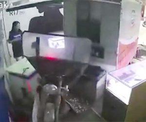 【動画】猛スピードの3輪バイクが店に突っ込み、店にいた子供が轢かれてしまう衝撃事故映像