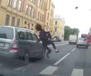 【動画】車に道を譲られ横断歩道を渡る19歳女性が横の車線の車にはね飛ばされてしまう衝撃事故映像