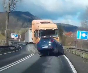 【動画】猛スピードの大型トラックが反対車線から突っ込んで来る衝撃事故映像