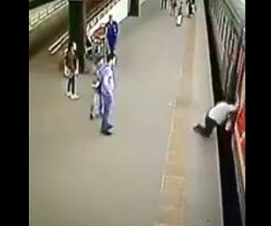 【動画】女性が動き出した電車に乗ろうとするが転倒してしまい線路に落下してしまう