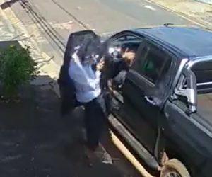 【動画】強盗が銃で車を襲うがドライバーが銃で反撃、至近距離から顔を撃たれる衝撃映像