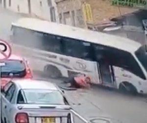【動画】ブレーキが壊れたバスが坂道を猛スピードでバックし男性が放り出される衝撃事故映像