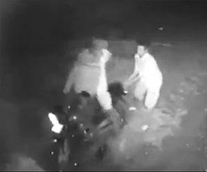 【動画】バイクの後ろに乗る男2人が運転手に襲いかかる。後ろから首を絞め頭部を滅多打ちにされる