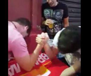 【閲覧注意動画】男性2人が腕相撲するが男性の腕の骨が折れヤバい角度に曲がってしまう
