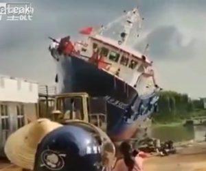 【動画】新しい漁船の進水式で海に降ろす前に漁船が倒れてしまう衝撃映像