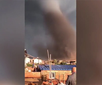 【動画】中国北東部で発生した巨大竜巻がヤバすぎる。車や建物が吹き飛ばされる衝撃映像