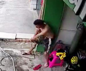 【動画】高圧洗浄機を使う男性が感電してしまい倒れ込みながら必死にコンセントを抜く