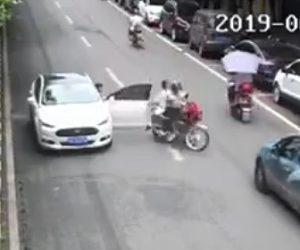 【動画】後ろを確認せず車のドアを開き2人乗りバイクが激突してしまう衝撃事故