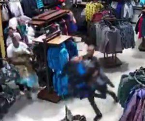 【動画】男達がノースフェイス店内の商品を一斉に持ち去ってしまう衝撃映像