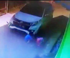 【動画】左折するSUV車が道で遊ぶ子供2人を轢いてしまう衝撃映像