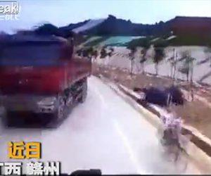 【動画】対向車避けようとしたトラックが作業員に突っ込んでしまう衝撃事故