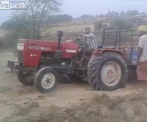 【動画】坂を登れないトラクターをショベルカーで引っ張るが…