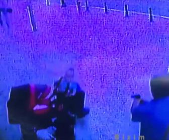 【閲覧注意動画】ベビーカーを押す男性が男に銃で撃ちまくられる衝撃映像