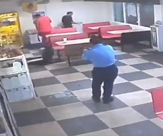 【動画】パン屋に銃を持った覆面の強盗が現れるが店内に警察官が…