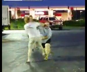 【動画】駐車場で男2人が喧嘩。巨漢男が男性を突き飛ばし激しい殴り合いになるが…