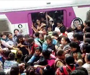 【動画】インドの女性専用車両がヤバすぎる。人が多すぎホームが恐ろしい事になっている衝撃映像
