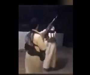 【動画】祝砲で機関銃 を撃ちまくるが弾が友人の足に当たってしまう衝撃映像