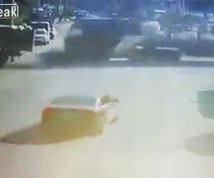 【動画】道を走るバイクに猛スピードの大型トラックが横から突っ込んで来る衝撃映像