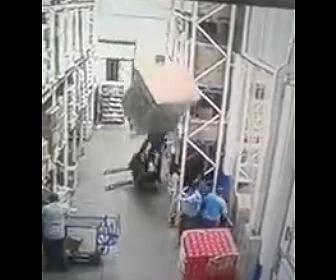 【動画】重い荷物を持ち上げたフォークリフトが倒れ作業員に直撃してしまう衝撃映像