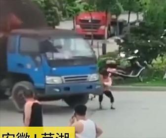 【動画】左折するトラックに自転車を投げつけタイヤの前に寝そべる当たり屋の女