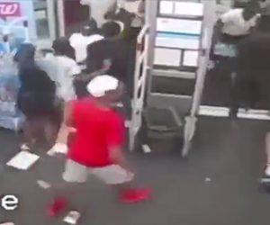 【動画】10代の男女60人が薬局を襲撃。商品を略奪しまくる衝撃映像