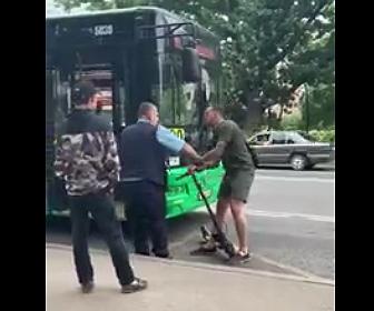 【動画】キックスケーターに乗る男が進路を塞がれバス運転手に殴りかかり…衝撃の結末