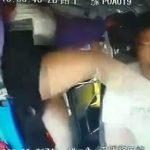 【動画】若い女がバス運転手に激しい暴行。ペットボトルを投げ付け運転手を蹴りまくる衝撃映像