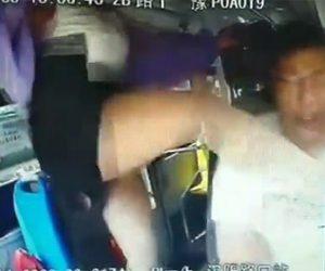 【動画】若い女がバス運転手に激しい暴行。ペットボトルを投げ付け蹴りまくる衝撃映像