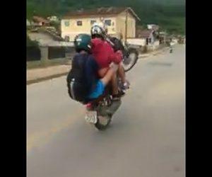 【動画】ウイリー走行する2人乗りバイクがコントロールを失い民家の柵に突っ込む衝撃映像